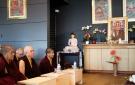 En primera fila de la sangha monástica: lama Jampa, drupen Tendzin, lama Rinzin...en segundo plano: un altar dirigido a Shamar Rimpoché.