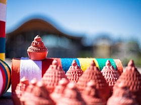 Tsatsa et rouleaux de Mantras pour le stoupa