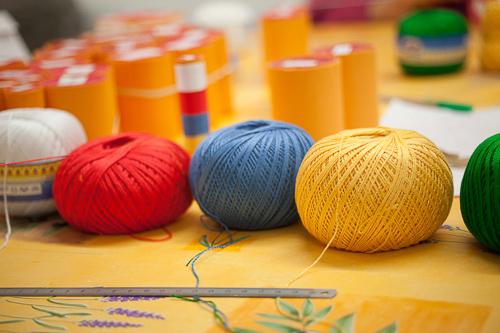 fils de laine des cinq couleurs représentant les cinq sagesses éveillées