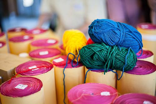 hilos de lana de cinco colores