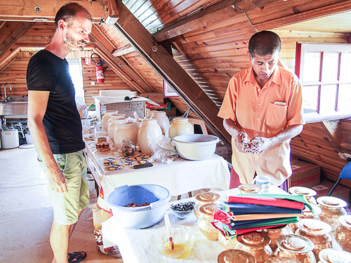 Lama Jampa et Sylvestre remplissent les boumpas