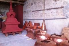 Pièces détachées des stoupas en cours de construction