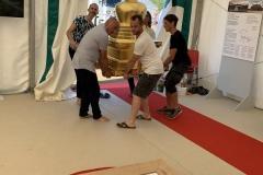 Installation des stoupas dans la tente d'exposition