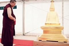Karmapa avec le stoupa du parinirvana