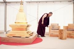 Karmapa vérifie la solidité des fauteuils du salon, fabrication maison !