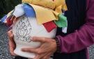 Transporte  de las vasijas hacia la estupa tras su consagración
