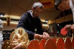 Préparation des autels, tout le monde met la main à la pâte!