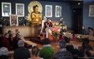 Antes de la enseñanza: toma de refugio y desarrollo de la mente del despertar. Durante una de las recitaciones, Khempo Chodrak Rimpoché hace el mudra de la enseñanza.