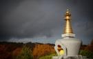 Durante la enseñanza y durante unos instantes, un arcoíris apareció sobre la estupa, detrás del Instituto.