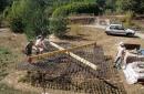 Préparation du ferraillage du radier pour l'installer au fond des fondations. (Création d'un palonnier pour manutention du ferraillage du radier.)