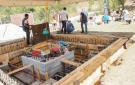 Vertido manual del cemento para el recinto externo