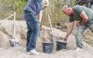 Preparación manual del cemento para el recinto exterior