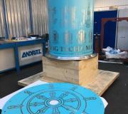 Le moulin à l'usine en Pologne, habillé du film épais bleu prêt pour le sablage nécessaire pour tracer les mantras et symboles