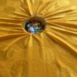 Les rouleaux de mantras sont habillés de tissu et des reliques sont insérées dans l'axe central