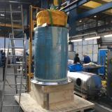 Les rouleaux de mantras sont insérés dans le cylindre du moulin par un chariot élévateur à cause de leur poids