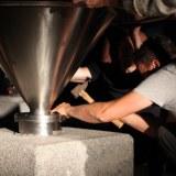 Installation du moulin sur son socle de granit