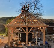 La charpente du moulin à prière : architecture sacrée et travail à l'ancienne