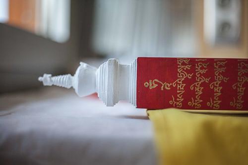 Lama Jampa trace les textes sacrés à l'encre dorée
