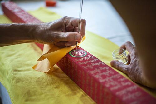 Lama Jampa et Sylvestre à l'œuvre pour apposer la poudre d'orLama Jampa et Sylvestre à l'œuvre pour apposer la poudre d'or