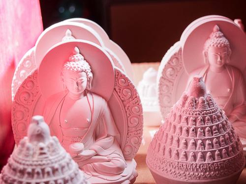 Tsatsas du Bouddha Amitabha en cours de séchage