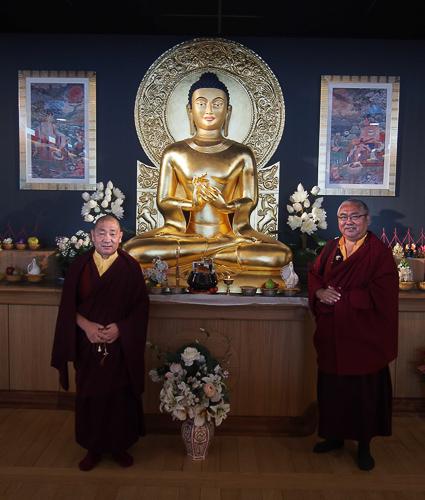 Nendo Rinpoché et Lama Nygyam devant la statue de l'Institut