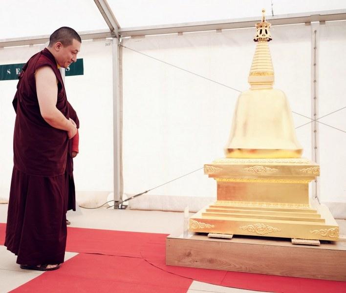Karmapa devant l'un des huit stoupas, le stoupa du parinirvana, à Dhagpo, en septembre 2019.